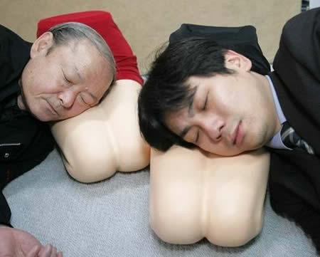 nyamannya tidur di paha wanita..Lha kalo gak ada, Jepun punya jalan keluarnya..