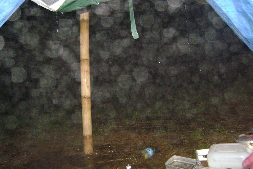 Malam ujan deras, Banjir deh tendanya..hiks