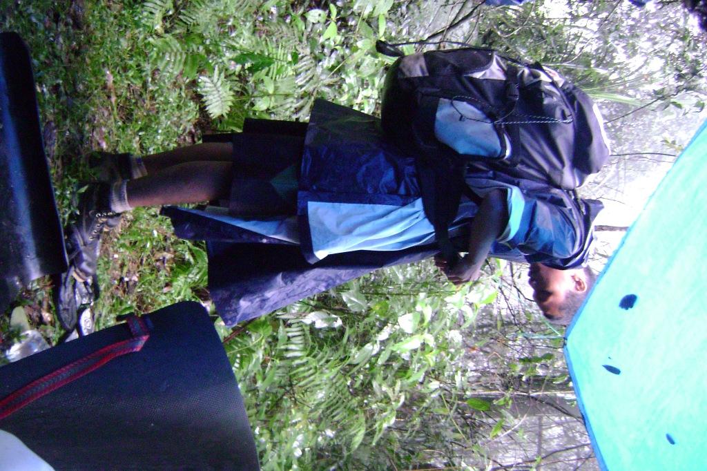 Berjalan pun memakai Ponco (jas Hujan). Ditambah Carrier yang mencapai 60 liter